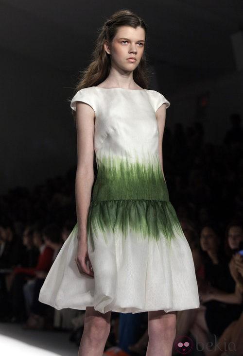 La hierba decora este vestido de Tadashi Shoji, colección primavera de 2012