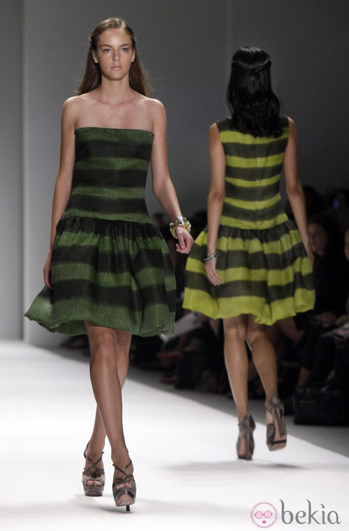 Vestido a rayas de Tadashi Shoji, colección primavera de 2012