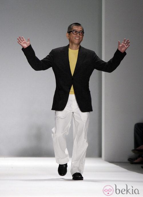 Tadashi Shoji saluda al público tras presentar su colección para primavera de 2012