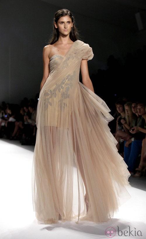 Vestido con tul y escote asimétrico de Tadashi Shoji, colección primavera de 2012