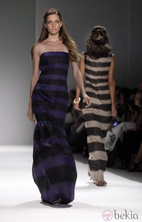 Vestido largo de rayas de Tadashi Shoji, colección primavera de 2012