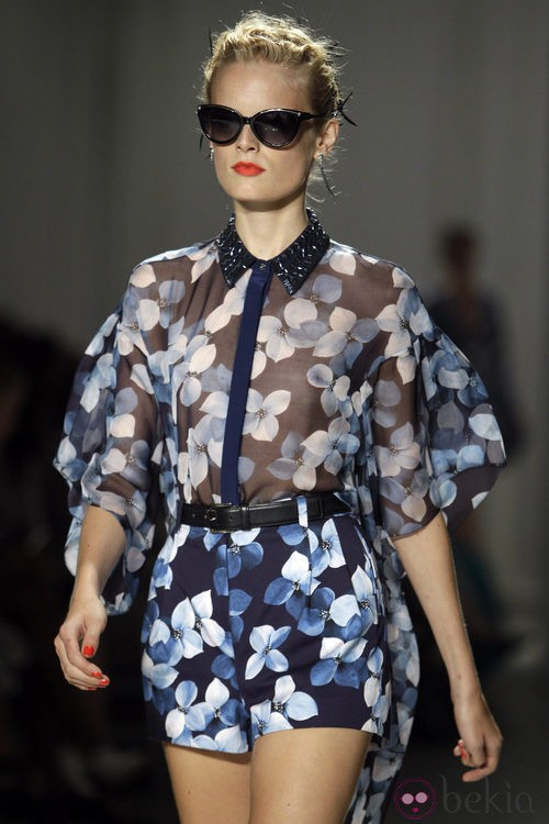 Shorts con estampado floral y camisa transparente de Jason Wu, colección primavera de 2012