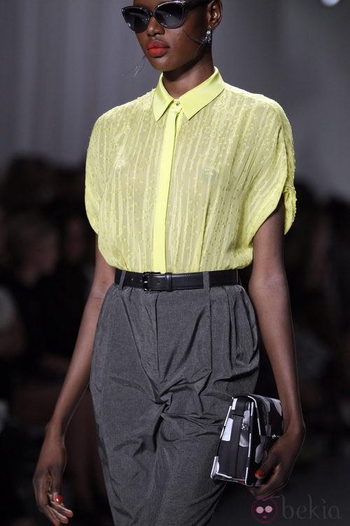 Camisa amarilla con lentejuelas de Jason Wu, colección primavera de 2012