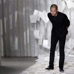 Jason Wu saluda tras presentar su colección para primavera de 2012