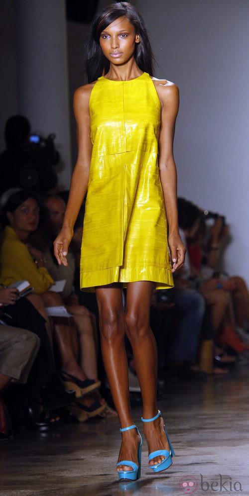 Vestido amarillo plástico de Peter Som, colección primavera de 2012