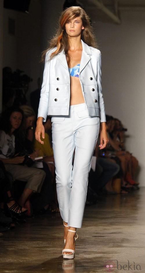 Traje de chaqueta azul pastel de Peter Som, colección primavera de 2012