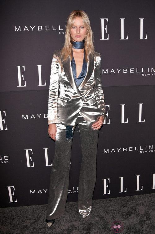 Karolina Kurkova con traje plateado en la Semana de la Moda de Nueva York