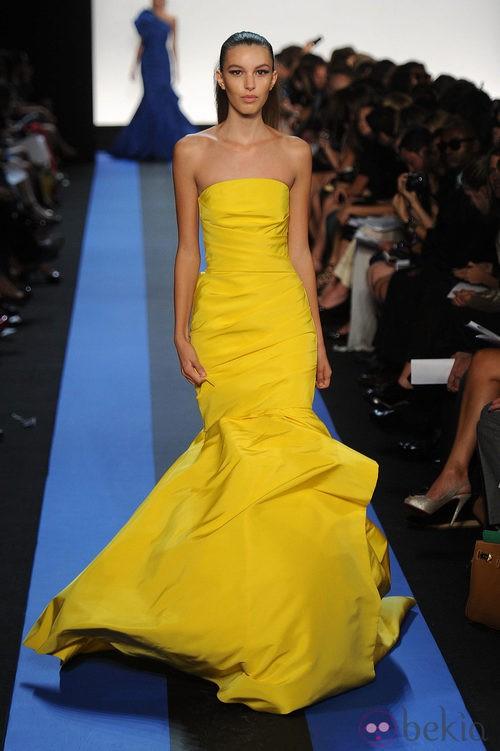 Traje de noche amarillo de Monique Lhuillier, colección primavera de 2012
