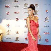 Eva Longoria con vestido de cola de Oscar de la Renta en los premios ALMA 2011