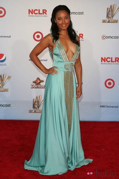 Rhea Bailey con exagerado escote pico en los premios ALMA 2011