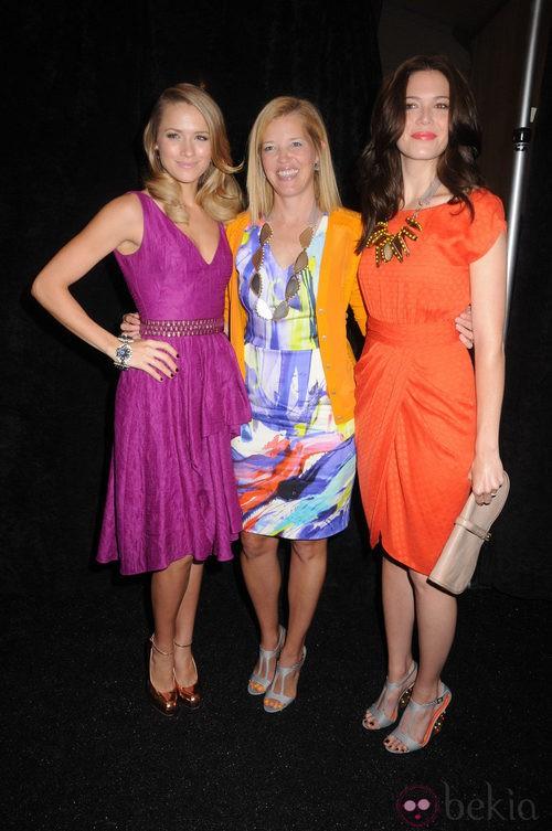 Shantel VanSanten en el y Mandy Moore  en el backstage de Lela Rose en Nueva York, colección primavera 2012