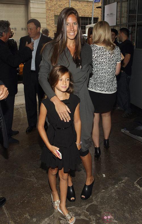 Gabby Karan , hija de la diseñadora, antes del desfile en la Semana de la Moda de Nueva York