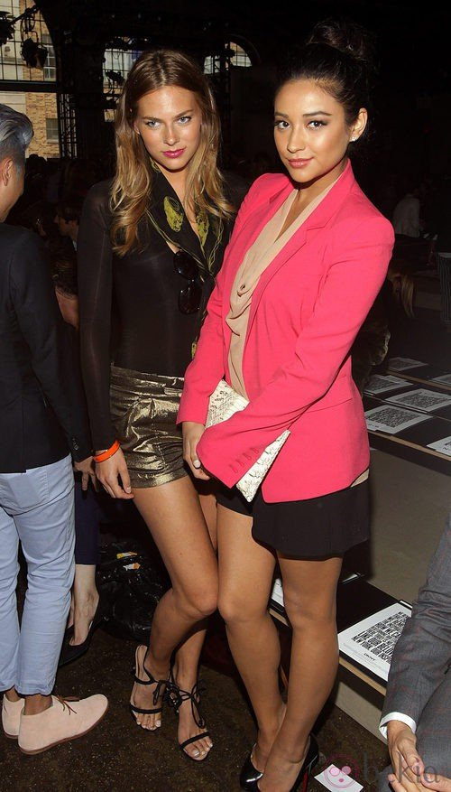 Kristen Van Der Hoven y Shay Mitchell en el desfile de DKNY, colección primavera 2012