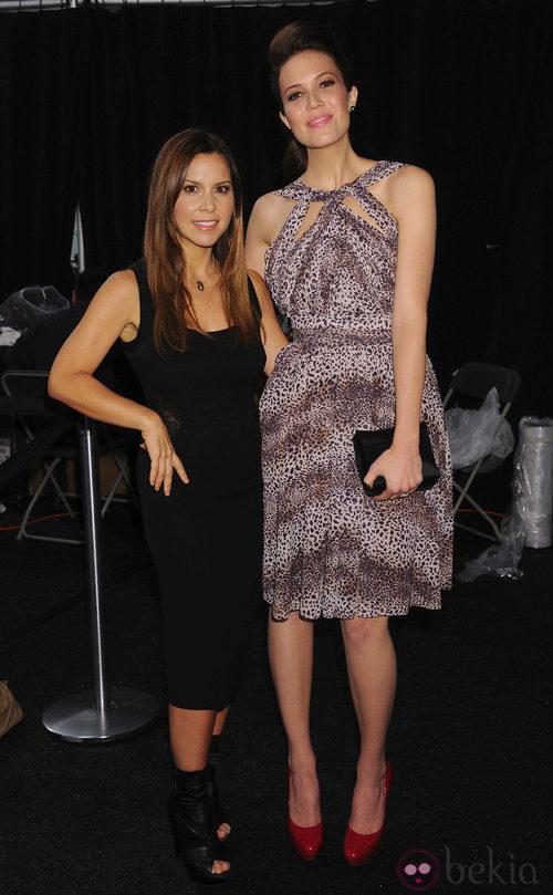 Monique Lhuillier y Mandy Moore en la Semana de la Moda