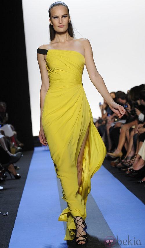 Vestido de escote asimétrico de Monique Lhuillier, colección primavera de 2012