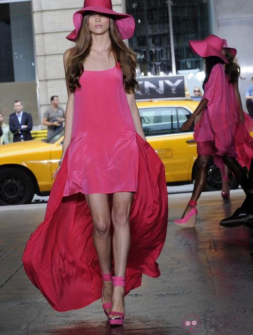 Vestido rosa con cola de DKNY, colección primavera 2012