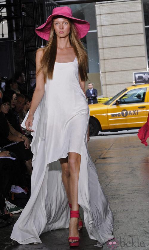 Vestido blanco con cola de DKNY, colección primavera 2012