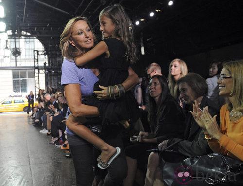 Donna Karan, con su nieta, saluda tras el desfile de DKNY, colección primavera 2012
