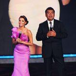 Eva Longoria con un vestido fucsia  asimétrico en los premios ALMA
