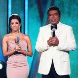 Eva Longoria con un vestido color maquillaje en los premios ALMA