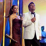 Eva Longoria con un vestido granate en los premios ALMA