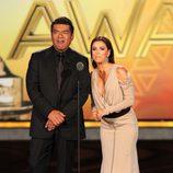 Eva Longoria con un vestido color tierra recoge el premio ALMA por 'Mujeres Desesperadas'