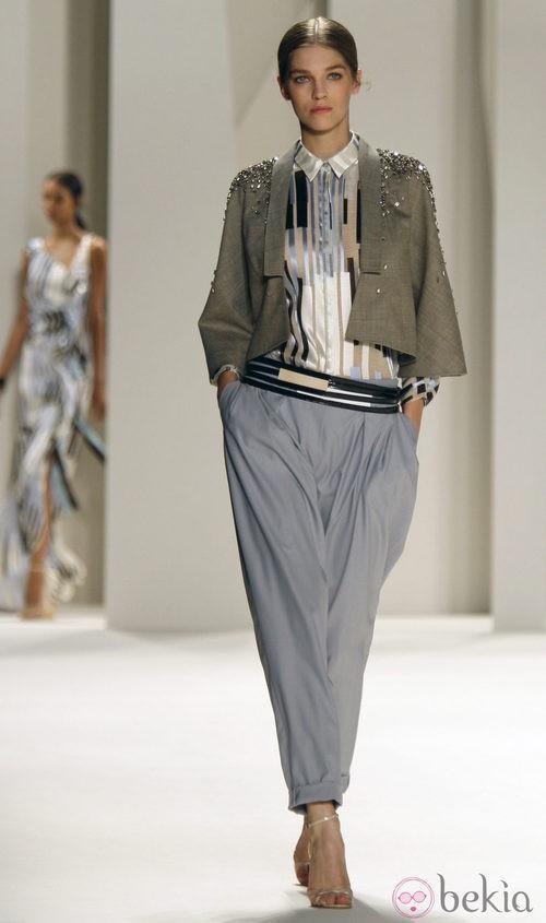 Chaqueta con pedrería en los hombros de Carolina Herrera, colección primavera 2012