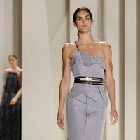 Vestido con escote asimétrico de Carolina Herrera, colección primavera 2012