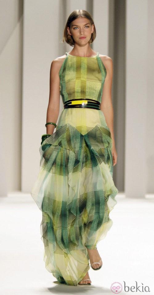 Traje de noche con rayas de Carolina Herrera, colección primavera 2012