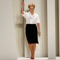 Carolina Herrera saluda tras presentar su colección para primavera de 2012