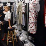 Carolina Herrera en el backstage después de presentar su colección para primavera de 2012