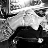 Rihanna posa en sujetador para la nueva campaña de Armani 2011