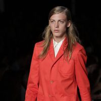 Traje de chaqueta rojo de Marc by Marc Jacobs, colección primavera 2012