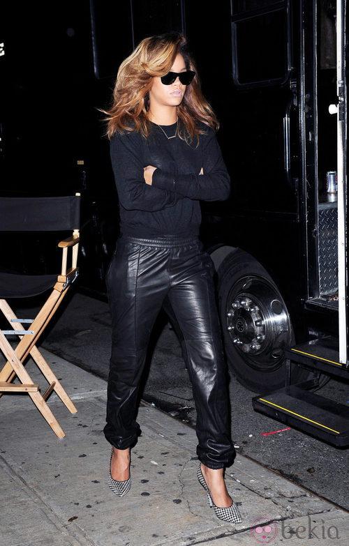 Rihanna con chándal de cuero