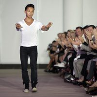 El diseñador Prabal Gurung saluda tras presentar la colección para primavera de 2012