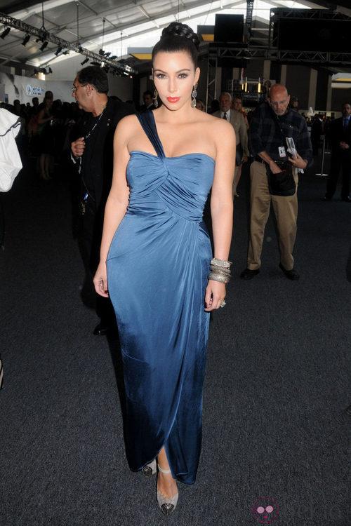 Kim Kardashian con escote asimétrico en la Semana de la Moda