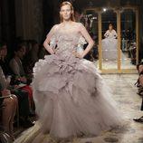 Diseño con falda de capas de Marchesa, colección primavera de 2012