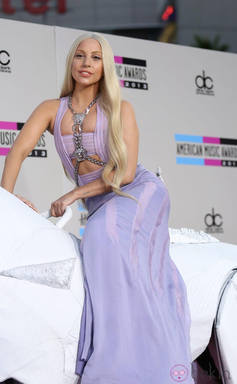 Lady Gaga con un vestido de Versace en los American Music Awards 2013