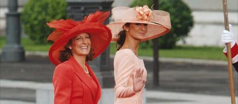 Paloma Rocasolano y Telma Ortiz vestidas de Felipe Varela en la boda de los Príncipes de Asturias
