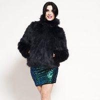 Pilar Rubio con falda de Vero Moda y chaqueta de Kling
