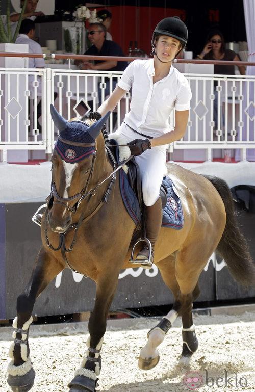 Carlota Casiragui en un concurso de hípica con botas de montar
