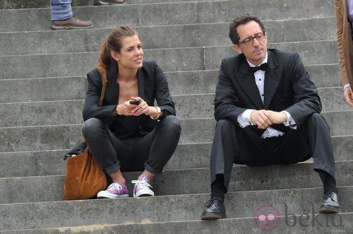 Carlota Casiragui con zapatillas, americana y pantalón