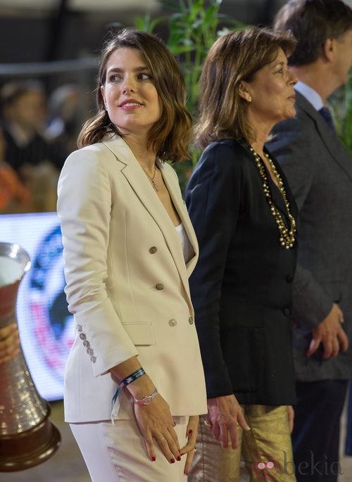 Carlota Casiraghi con traje de chaqueta premamá