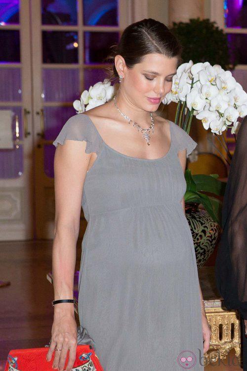 Carlota Casiraghi con un vestido premamá de color gris
