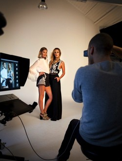 Elizabeth von Guttmann y Alexia Niedzielski posando para la campaña de la línea Conscious de H&M