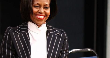 Michelle Obama con un traje de rayas y cinturón rojo