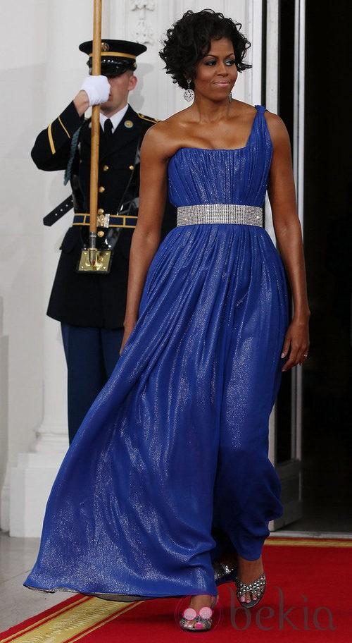 Michelle Obama con un vestido largo asimétrico de color azul