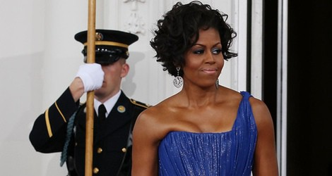 Michelle Obama con un vestido largo asimétrico de color azul