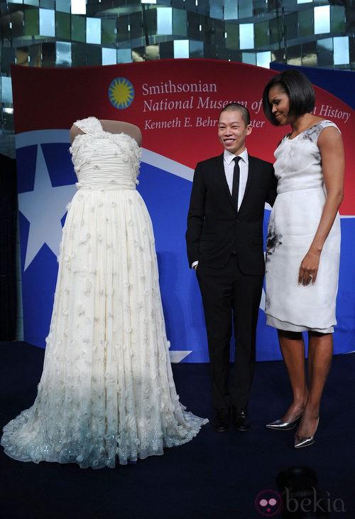 Michelle Obama y Jason Wu con el famoso vestido asimétrico