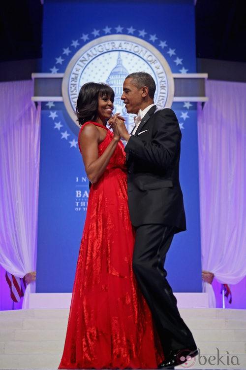 Michelle Obama con un vestido rojo en el baile celebrado tras la toma de posesión del segundo mandato de Obama